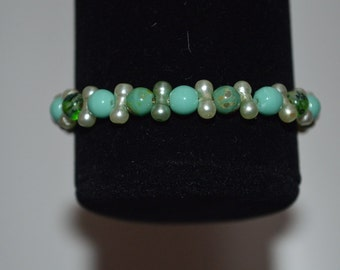 Light green hued stretch bracelet