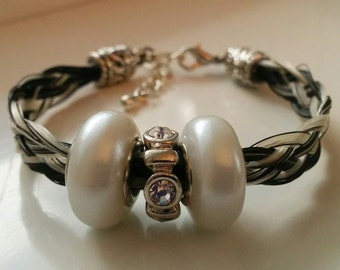 Bracelet in black and white horsehair with white pearls