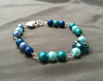 Aquatic bracelet with glass pearl beads
