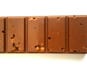 Milk chocolate bar with salted caramel crispearls