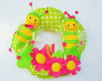 Bees and daisy door wreath, felt handmade home decoration for spring, summer and Saint Patrick's day