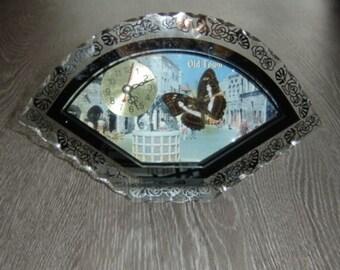 Jolie horloge kitsch en verre avec papillon. Vintage. Retro. Clock with butterfly . HUILIPU