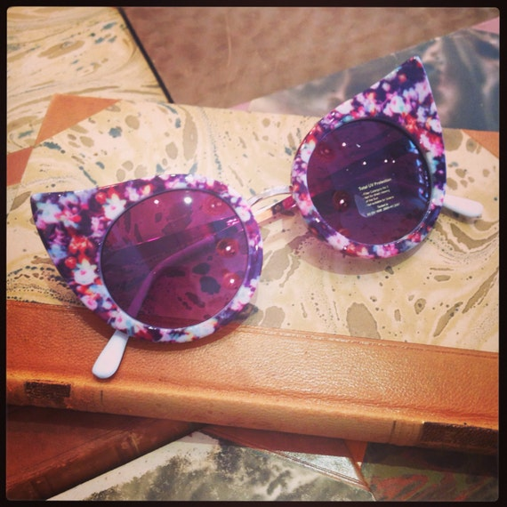 Retro sunglasses: Extreme cateye with flowers.