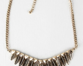 Glossy tapered feathers necklace - gold