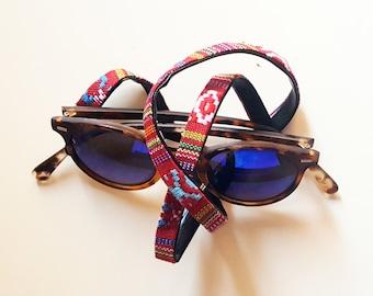 Cord hangs Spargi glasses