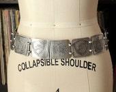 vintage coat of arms belt . silver hip belt . Teme Et Meum . hammered aluminum link belt . escutcheon shield belt