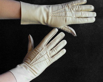 Vintage Leather Gloves in Cream Ivory - Driving Gloves - Evening Gloves - Four Button Gloves