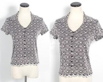 VTG 90's Grunge Goth Floral Crochet Top (Medium) Black & White Short Sleeve Blouse V Neck Shirt Collar Scallop Hem Buttons Retro Witchy