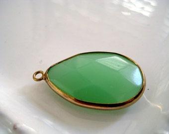 Gold Bazel Faceted oval green Pendant-Brass setting green teardrop pendant-Jewelry findings-Hippie beads