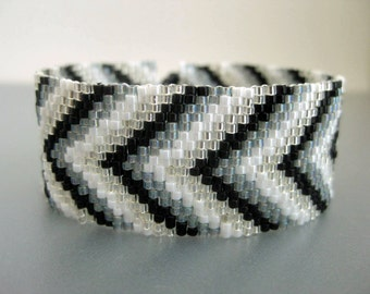 Chevron Bracelet / Peyote Bracelet / Beaded Bracelet in Black, White, Silver and Gray / Seed Bead Bracelet / Beadwoven Bracelet