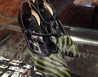 Fab 60s zebra print over pony skin pumps by newton elkin //green and black //designer //bombshell size 8