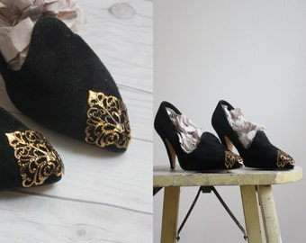 gold tipped pumps / size 5 1/2
