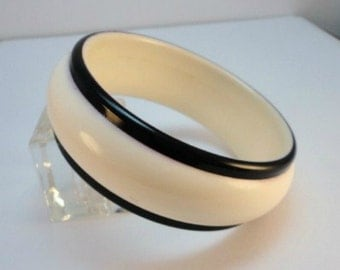 60s Creamy White & black lucite bangle bracelet vintage