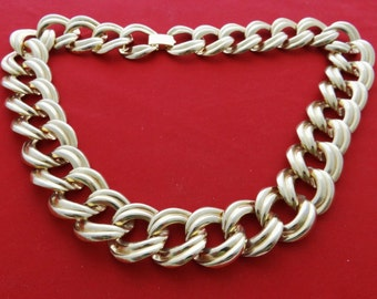 """Vintage chunky  17.5"""" gold tone necklace in great condition"""