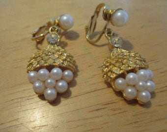 Vintage costume jewelry  / clip on earrings fake pearl