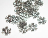 Antique silver pewter  8x1mm flat flower shaped spacer beads -- 100 pieces  (MB9067)