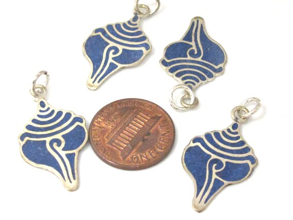 1 charm - Small size lapis inlaid Tibetan conch shell shape pendant from Nepal - PM495C