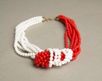 Red White Necklace Plastic Beads Retro Statement Vintage Jewelry artedellamoda parladimoda talkingfashionnet