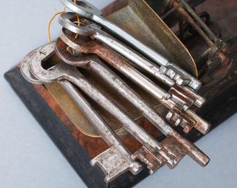 Good Price...Set of 6 Vintage metal skeleton keys with key ring