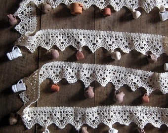 Lace garland with 24 tiny jugs