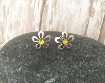 Daisy stud earrings, Flower studs, Flower Post earrings, Silver studs, Everday studs, Tiny Studs, Small Earrings, Floral Earrings