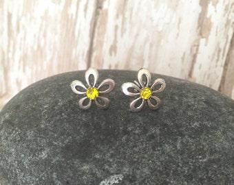 Daisy stud earrings, Flower studs, Flower Post earrings, Silver studs, Everday studs, Tiny Studs, Small Earrings, Floral Earrings
