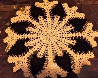 AMaZING 1940s vintage lace BLaCK & WHiTE GRAPES DOILY doilie handmade 14inch
