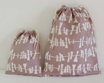 "Set of 2 Fabric Drawstring Bags (7x9"", 11x14"") / Kite Tails Warm Gray & White"