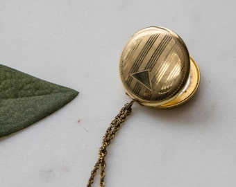 Locket Necklace 30s Vintage Geomatric / 1930s jewelry / Round 10K gold filled / Engrave Triangle Pinstripe Art Deco / WALTER