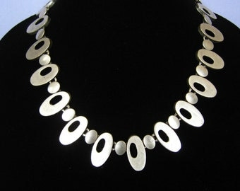 Modernist Style Matte Silver Tone Vtg Necklace. Long Oval Links with Oval Holes Alternate with Smaller Solid Ovals. Vintage. End Tag Marked