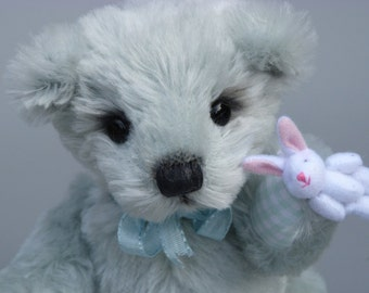 Willibald, an 9 inches tall OOAK artist bear made from grey mohair with cotton fabric paw pads