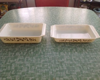 Set Of 2 Pyrex Golden Acorn Spacesaver Spacesavers 575-B 2 Qt., 548-B 1 1/4 Qt.