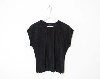 on sale - black silky textured t-shirt / scalloped hem cap sleeve top / size L