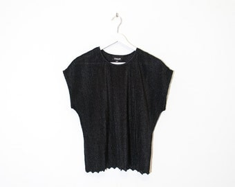 black silky textured t-shirt / scalloped hem cap sleeve top / size L