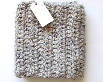 Chunky crochet wool blend infinity scarf [heathered grey/cream]