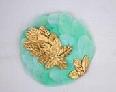 Katrine - Tocado Aguamarina con plumas y hojas doradas