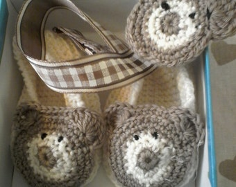 Baby shoes and baby crochet, wool Teddy bear clip round.