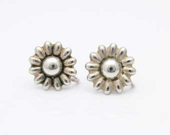 Vintage Screw-On Daisy Flower Earrings in Sterling Silver. [9323]