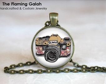 VINTAGE CAMERA Pendant •  Retro Camera Necklace •  Photographer •  Photography • Gift Under 20 • Made in Australia (P0845)
