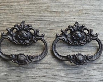 A pair of French Rococo style cast iron drawer pulls AL18