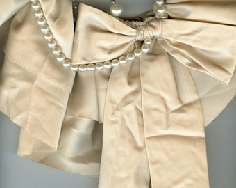Satin and pearl collar