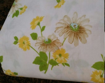 One 1 pc fitted full size white and yellow daisy vintage sheet.