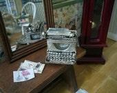 Máquina de escribir de metal para decorar el escritorio de tu casa de muñecas. Escala 1.12.