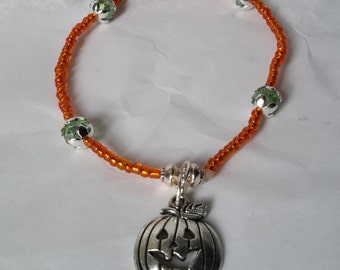 Halloween themed jack-o-lantern stretch bracelet. Glass beads. Nickel free. pumpkin