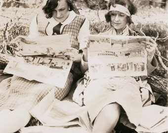 Vintage photo Flapper Gals Reading Funny Papers Comic Newspaper Greeting card vintage photo