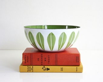 Vintage Cathrineholm Avocado Green on White Enamel Lotus Bowl / Mid Century Modern 8 Inch Enamel Bowl