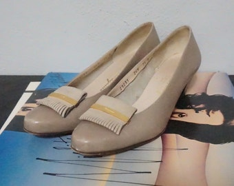 7.5 ferragamo loafer leather fringe italian made taupe beige rounded toe gold bow 7 vintage designer italy B preppy collectible shoes pumps
