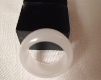 WHITE LUCITE RING / Size 6-3/4 / Lucite / Moonglow / Cat Eye / Plastic / Acrylic / Resin / Mid-Century Modern / Retro / Chic / Accessory