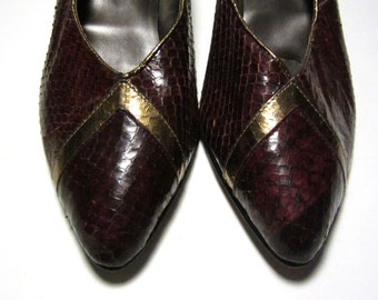 1980s Bally Burgundy Snakeskin Pumps with Gold Chevrons - Made in Italy - Size 9