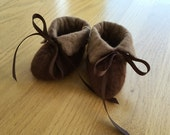 Baby booties: unisex brown felted infant shoes slippers, baby gift for newborn child